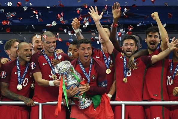 Câu chuyện cảm động đằng sau cái ôm chặt giữa HLV Ferguson và trò cưng Ronaldo - Ảnh 1.