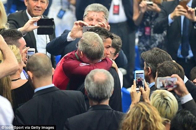 Câu chuyện cảm động đằng sau cái ôm chặt giữa HLV Ferguson và trò cưng Ronaldo - Ảnh 2.