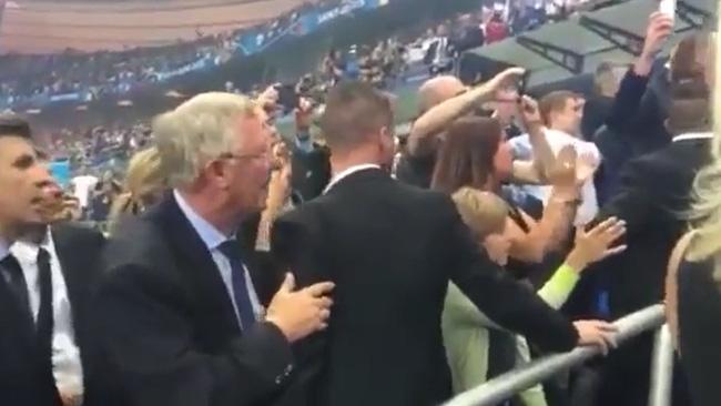 Câu chuyện cảm động đằng sau cái ôm chặt giữa HLV Ferguson và trò cưng Ronaldo - Ảnh 4.