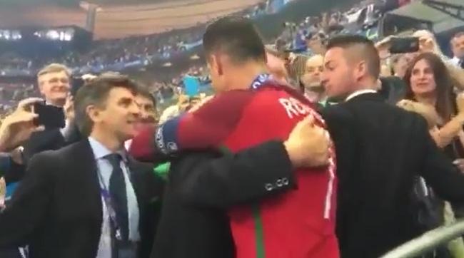Câu chuyện cảm động đằng sau cái ôm chặt giữa HLV Ferguson và trò cưng Ronaldo - Ảnh 6.
