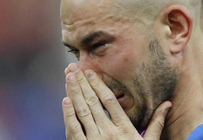 Cầu thủ Pháp khóc nức nở khi tuột chức vô địch Euro 2016 - ảnh thể thao