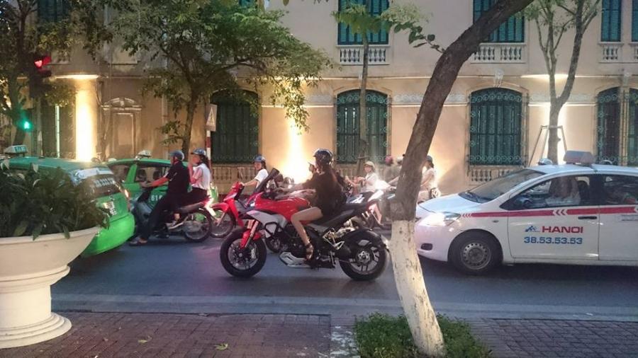 Cô gái điều khiển Ducati Multistrada 1200 trên đường phố Hà Nội. Ảnh: Thắng Nguyễn