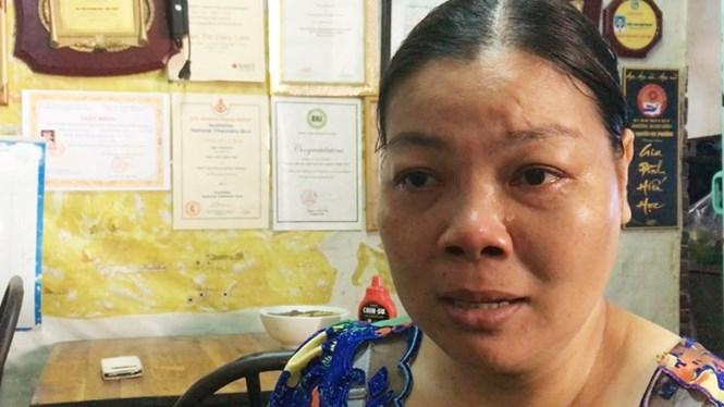 Chị Lộc, mẹ nữ sinh đạt học bổng Harvard, liên tục khóc khi nói về con gái /// Ảnh: Lê Ái