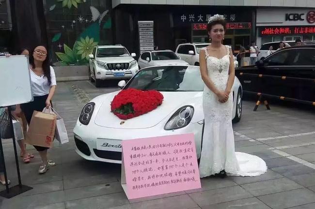 Cô gái mặc váy cưới đứng giữa quảng trường: Nếu ôm đủ 999 chàng trai, sẽ lấy người cuối cùng làm chồng! - Ảnh 1.
