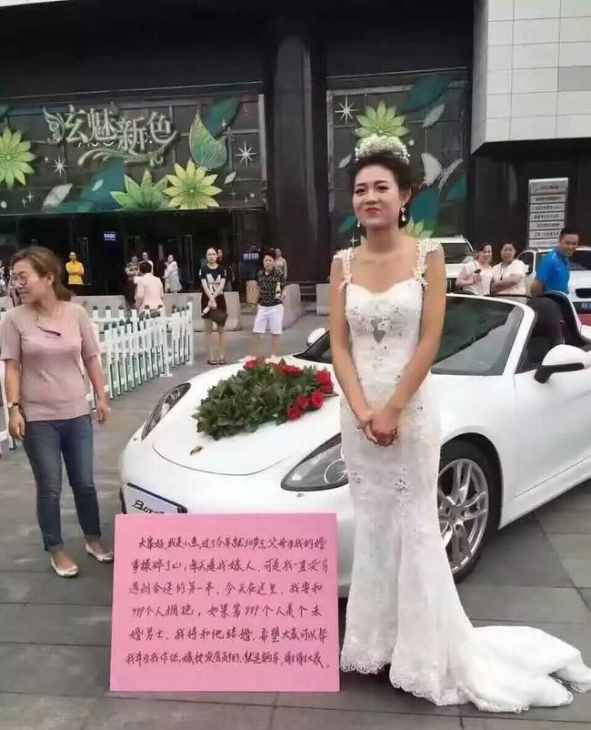 Cô gái mặc váy cưới đứng giữa quảng trường: Nếu ôm đủ 999 chàng trai, sẽ lấy người cuối cùng làm chồng! - Ảnh 2.