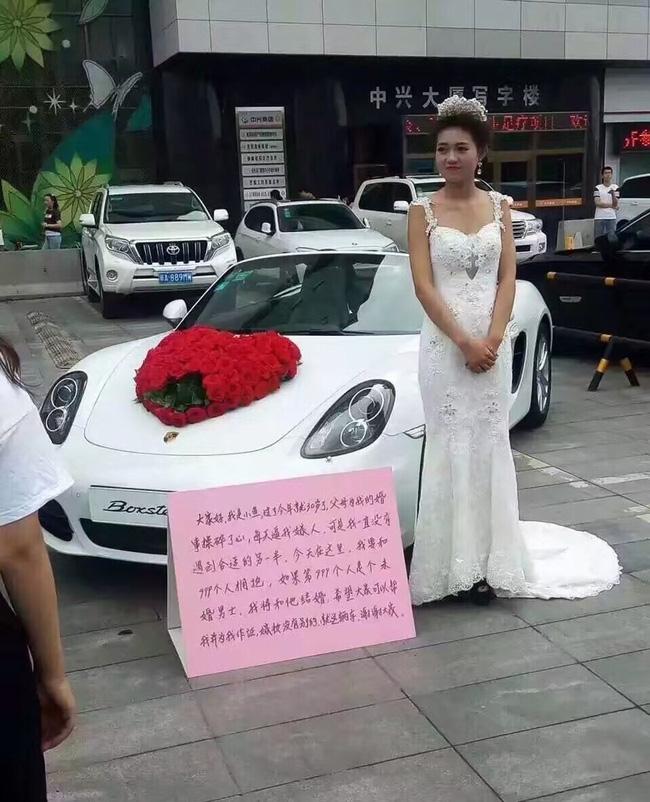 Cô gái mặc váy cưới đứng giữa quảng trường: Nếu ôm đủ 999 chàng trai, sẽ lấy người cuối cùng làm chồng! - Ảnh 3.