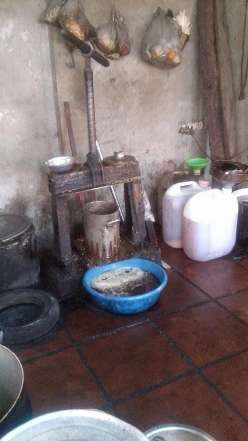 Hà Nội: Ghê người công xưởng nhớp nhúa cung cấp mỡ cho nhà hàng lớn - Ảnh 1