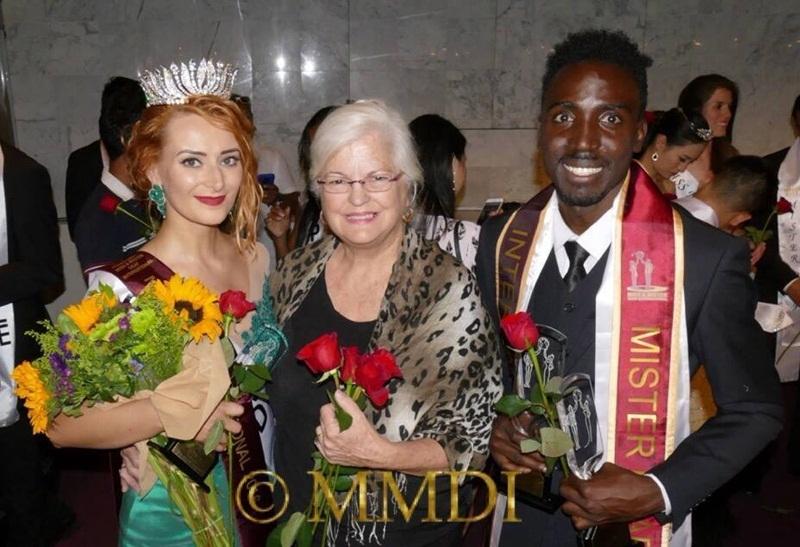 Trong ảnh là Hoa hậu (Ngoài cùng bên trái) và Nam vương (Ngoài cùng bên phải).