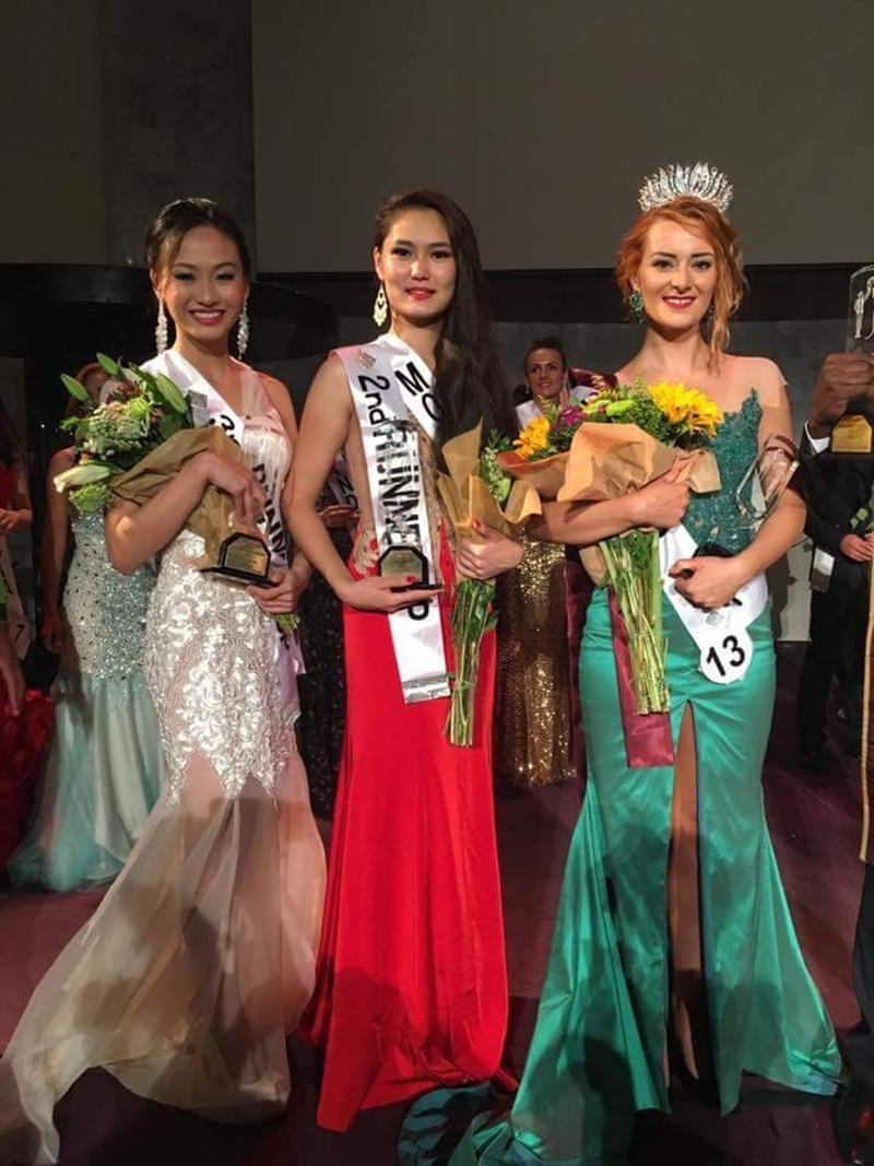 Đại diện của Việt Nam – Hoa khôi Điếc Việt Nam 2015 Bùi Thị Lan Anh (ngoài cùng bên trái) đã xuất sắc giành ngôi vị Á hậu 2.