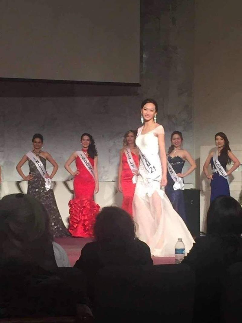 Điều thú vị là Lan Anh mặc thiết kế của Ha Duy trong đêm chung kết Miss and Mister Deaf International 2016, đây cũng đồng thời là chiếc váy đã giúp Thùy Trang đăng quang Hoa hậu Biển Việt Nam 2016.