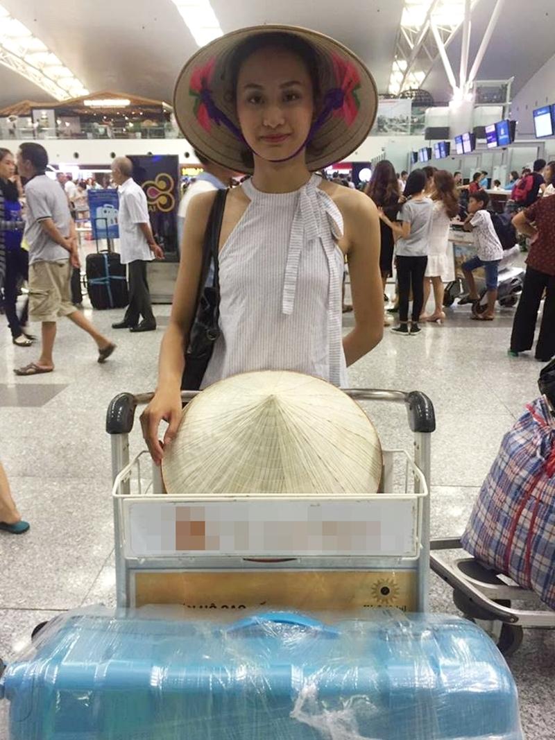 Lan Anh mang theo nón lá Việt Nam giới thiệu với bạn bè các nước.