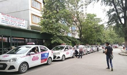 Hãng xe taxi ABC độc quyền được xếp hàng chờ khách trong Bệnh viện Nhi Trung ương (ảnh chụp chiều 8/7). Ảnh: Như Ý.