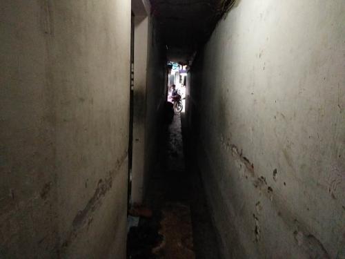 Ngôi nhà 10m2, 10 người ở và chuyện ăn ngủ, đi vệ sinh phải canh giờ - Ảnh 1
