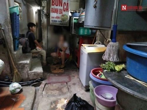 Ngôi nhà 10m2, 10 người ở và chuyện ăn ngủ, đi vệ sinh phải canh giờ - Ảnh 2