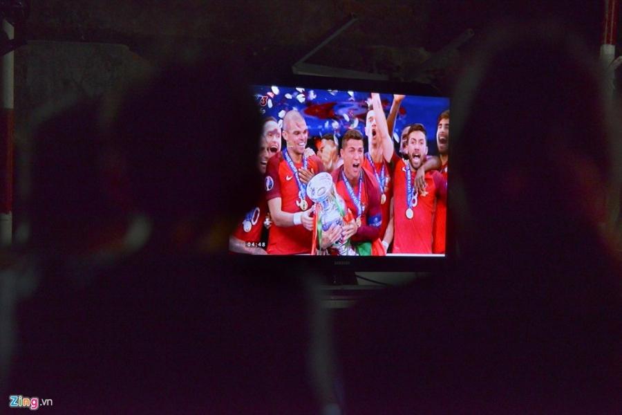 Nguoi dan quay quan tren he pho xem chung ket Euro 2016 hinh anh 19