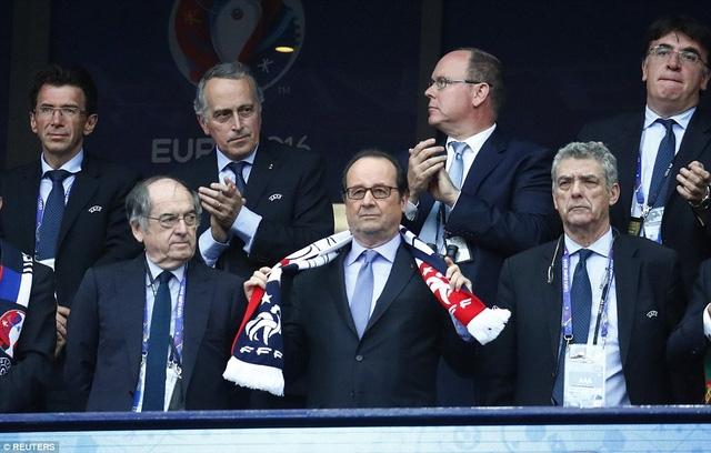Tổng thống Pháp Francois Hollande (giữa) có mặt ở sân Stade de France để theo dõi trận đấu này