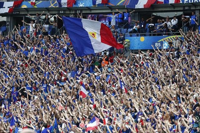 Khán giả Pháp ngồi chật kín sân Stade de France