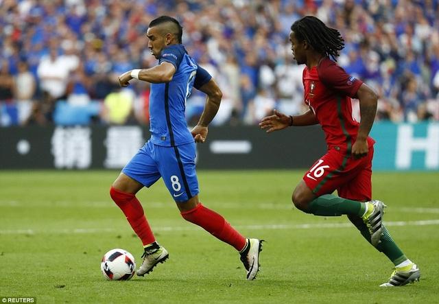 Payet và Renato Sanches trong một pha tranh chấp về thể lực