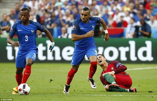 Phút 24, C.Ronaldo đau đớn nằm trên sân...