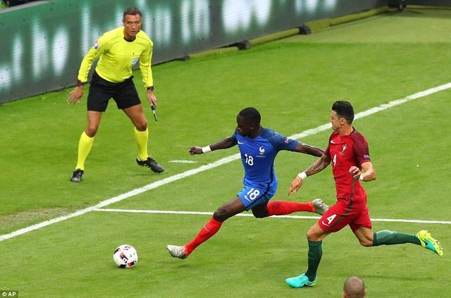 Sissoko liên tục up hiếp hàng thủ Bồ Đào Nha bằng những pha đi bóng tốc độ