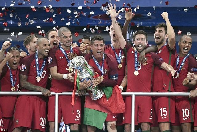 C.Ronaldo không giấu được niềm hạnh phúc khi nâng cao chức vô địch Euro 2016