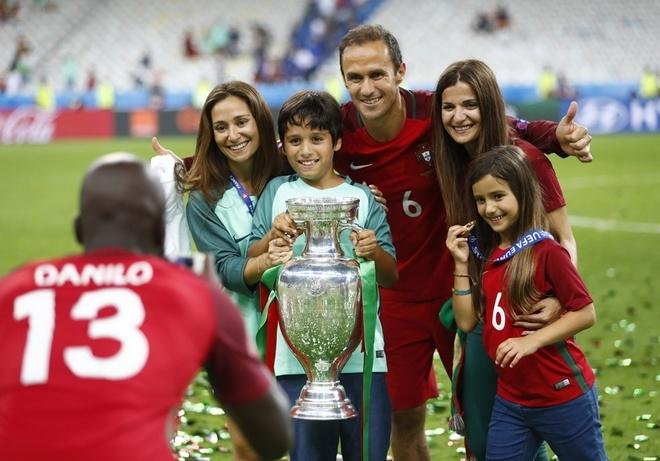 Ronaldo đội Cup lên đầu trong lễ ăn mừng của Bồ Đào Nha - ảnh thể thao