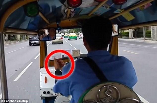 Tài xế tuk tuk ở Bangkok bị tố thông đồng với cướp giật - Ảnh 1.