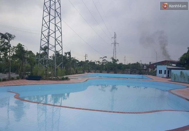Bể bơi ngay dưới chân cột điện cao thế ở Hà Nội: Đùa với tử thần! - Ảnh 1.