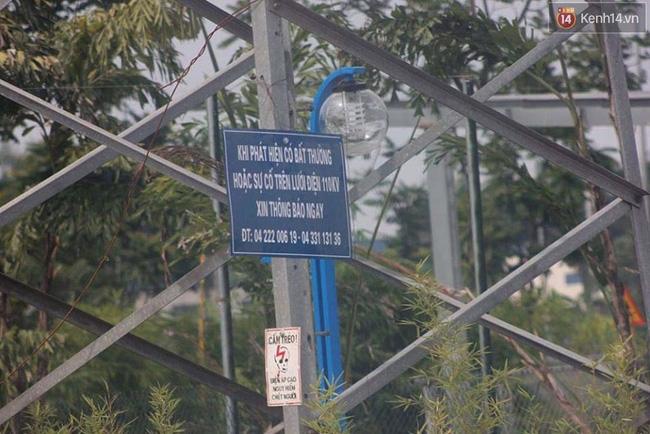 Bể bơi ngay dưới chân cột điện cao thế ở Hà Nội: Đùa với tử thần! - Ảnh 2.