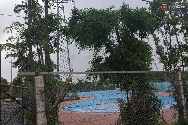 Bể bơi ngay dưới chân cột điện cao thế ở Hà Nội: Đùa với tử thần! - Ảnh 3.