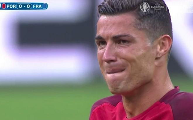 C.Ronaldo bật khóc sau khi dính chấn thương