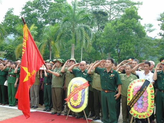 Những người lính sư đoàn 356 làm lễ tưởng niệm tại nghĩa trang liệt sĩ Vị Xuyên sáng 12-7