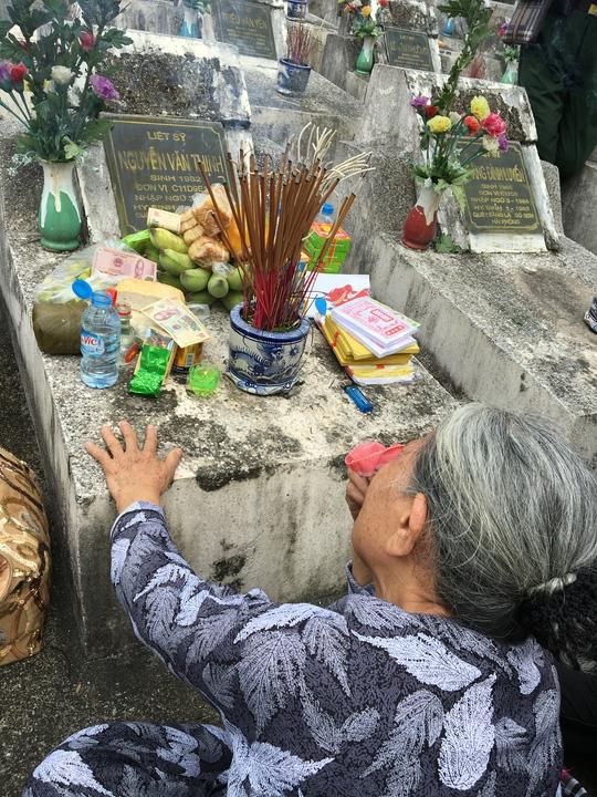 Không ai có thể kìm được nước mắt khi chứng kiến cảnh bà Nguyễn Thị Đạo - 83 tuổi, mẹ của liệt sĩ Nguyễn Văn Thịnh là chiến sĩ Đại đội 11, Tiểu đoàn 9, Trung đoàn 149, Sư đoàn 356 - khi bà khóc ngất bên bia mộ của con trai mình. Liệt sĩ Nguyễn Văn Thịnh quê ở phố Đồng Nhân, quận Hai Bà Trưng, Hà Nội, nhập ngũ tháng 3-1983, hi sinh ngày 8-3-1985. Anh hi sinh khi đang bám trụ chiến đấu trên bình địa 1.100 của mặt trận Thanh Thủy-Vị Xuyên