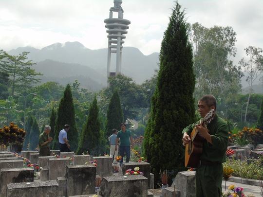 Nhạc sĩ Trương Quý Hải, một cựu binh sư đoàn 356, ôm đàn và bài hát Về đây đồng đội ơi do anh mới sáng tác dịp ngày giỗ của sư đoàn năm 2014 để gọi đồng đội về hội quân trong ngày giỗ trận tại nghĩa trang liệt sĩ Vị Xuyên