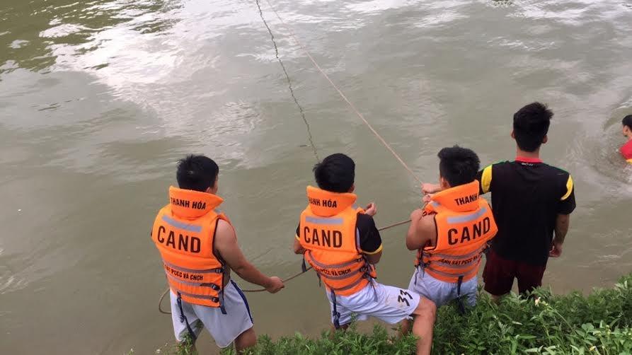 Lực lượng cứu hộ đang tích cực tìm kiếm nam sinh bị đuối nước