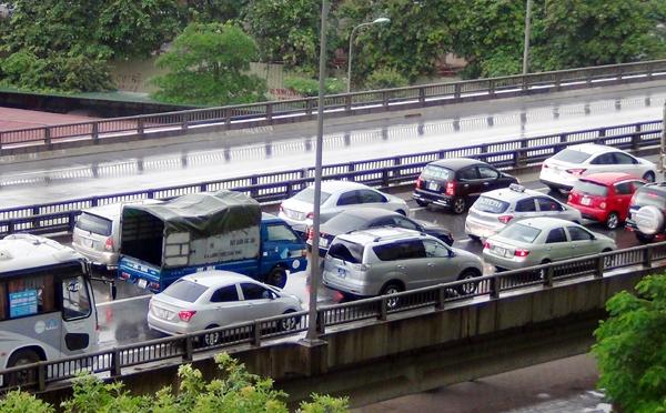 Đến hơn 9h, hàng ngàn phương tiện vẫn nằm bất động trên cây cầu cạn