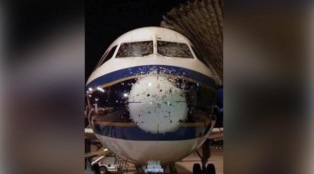 Mưa đá khiến kính chắn gió buồng lái của máy bay bị nứt, để lại nhiều lỗ trên thân máy bay. (Ảnh: Twitter)