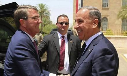 Ash Carter (trái) bắt tay Bộ trưởng quốc phòng Iraq Khaled al-Obeidi ở Baghdad hôm 11/7.