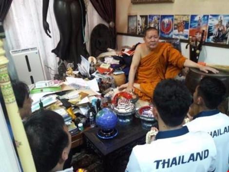 Sư Phra đang làm phép cho đoàn Boxing Thái Lan chuẩn bị sang Brazil