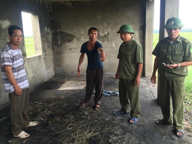 Anh Nguyễn Văn Bính (người chỉ tay) may mắn thoát chết sau vụ sét đánh kể lại vụ việc.