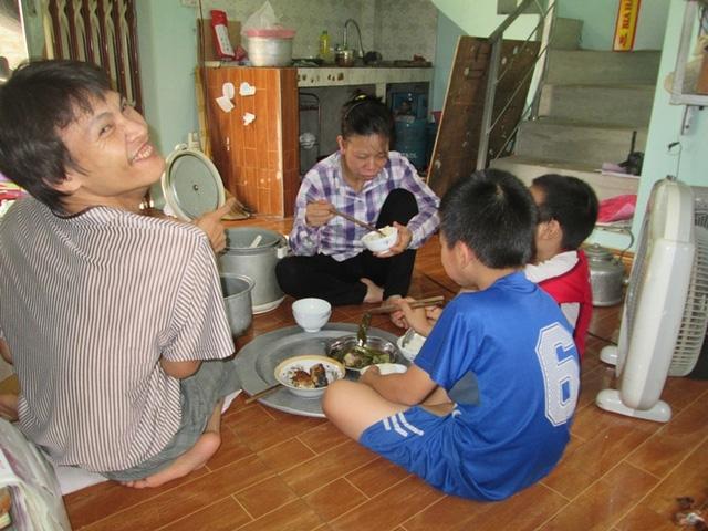 Bữa cơm trưa sum họp của gia đình anh Trào, chị Thu. Ảnh: Ngọc Thi