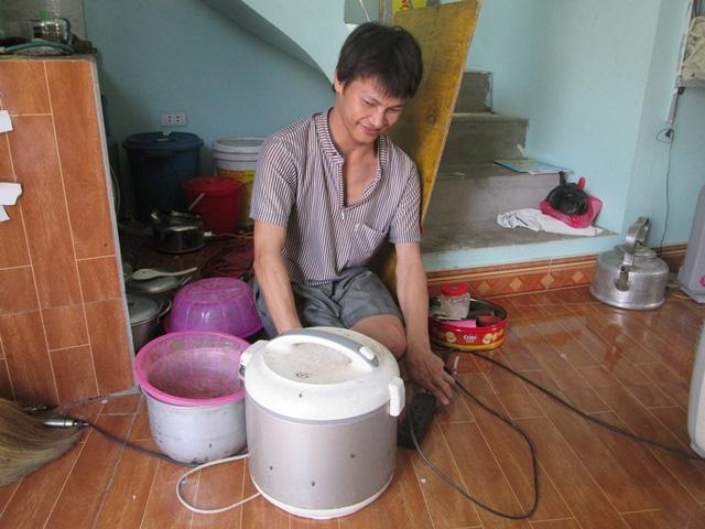 Hằng ngày chị Thu đi làm công ty, anh Trào chuẩn bị cơm nước. Ảnh: Ngọc Thi