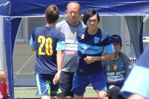 Tuan Anh dinh chan thuong, lo co hoi ra san o chien thang cua Yokohama hinh anh