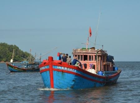 Tàu cá QNg 95001-TS đưa 5 ngư dân cập cảng Sa Kỳ lúc 15h30.