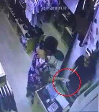 Video: Bị thôi miên, cô gái tự nguyện đưa cả xấp tiền cho người lạ? - Ảnh 2