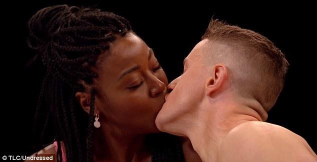 Choáng với dàn thí sinh sexy của show hẹn hò khỏa thân ở Anh - 6