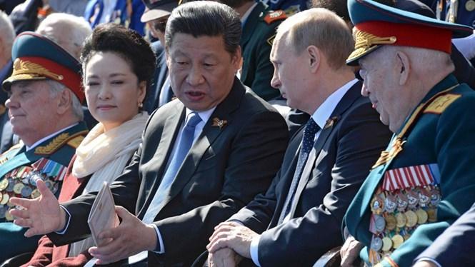 Tổng thống Nga Vladimir Putin và Chủ tịch Trung Quốc Tập Cận Bình trên lễ đài ở Quảng trường Đỏ, thủ đô Moscow dự duyệt binh nhân 70 năm chiến thắng phát xít, ngày 9.5.2015 /// Reuters