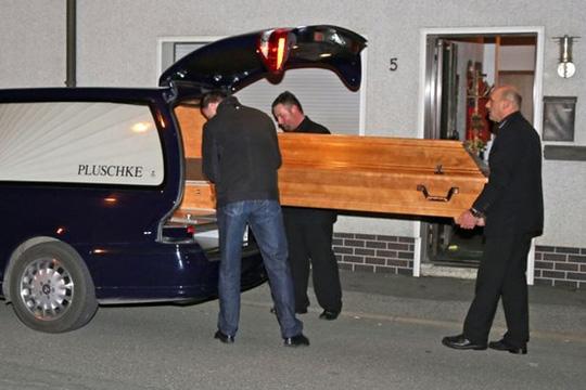 Cảnh sát chuyển thi thể của những đứa bé ra khỏi căn nhà. Ảnh: Splash