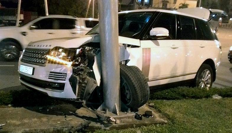 Bánh trước xe Range Rover rụng rời sau tai nạn. (Ảnh: Hai Duong)