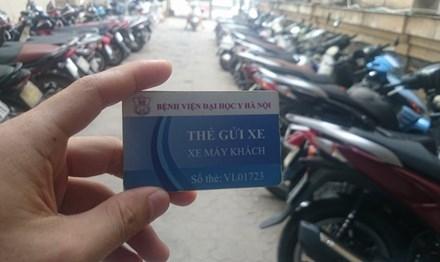 Nhiều bệnh viện phát hành các loại thẻ trông xe khác nhau. Ảnh: Thanh Hà